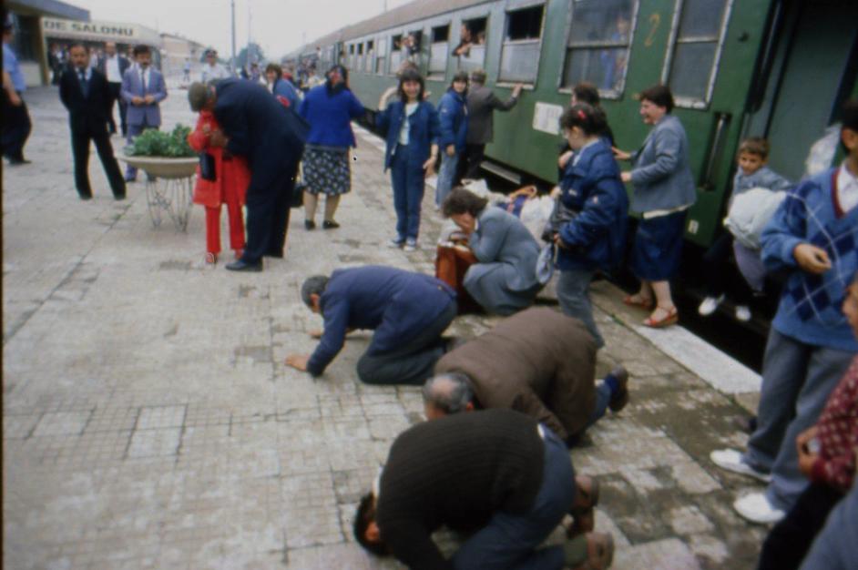 Resim 1. 1989'da Etnik Temizlikte Bulgaristan'dan Kovulan Türkler Türkiye Toprağına Kapanıp Öpüyorlar [16]