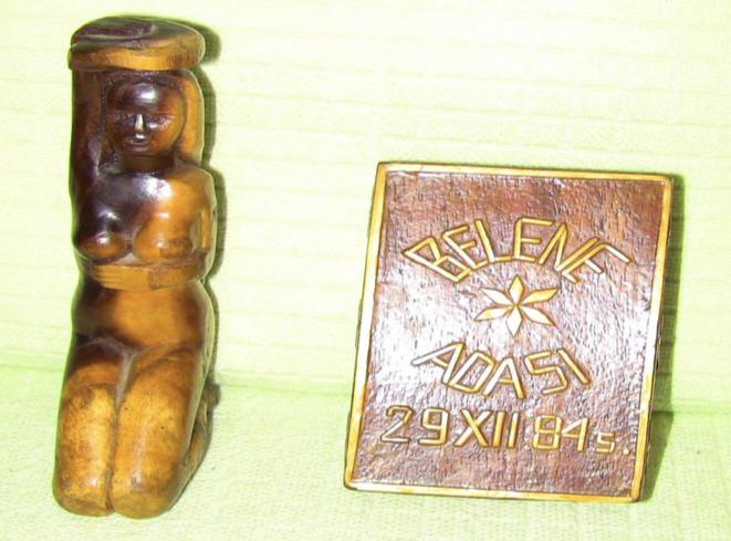 """Belene Toplama Kampı'nda (1985-1986) Tutukluların Yaptığı Küçük Eşyalar: """"Hamamda Kadın"""" ve """"Küçük Tahta Kutu"""" [35]"""