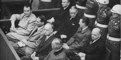Carl Schmitt (İlk Sıra, Sağdan İkinci) Nürnberg Yargılamaları Sırasında